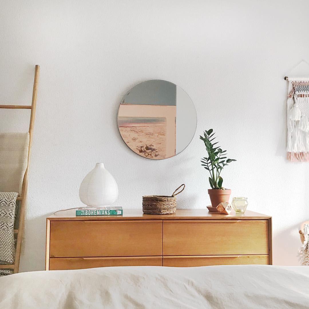 Ideas Para Decorar La Cómoda Del Dormitorio Plantas Una Pequeña Lámpara Y Un Espejo Original Decoración De Casas Pequeñas Decoración De Unas Dormitorios