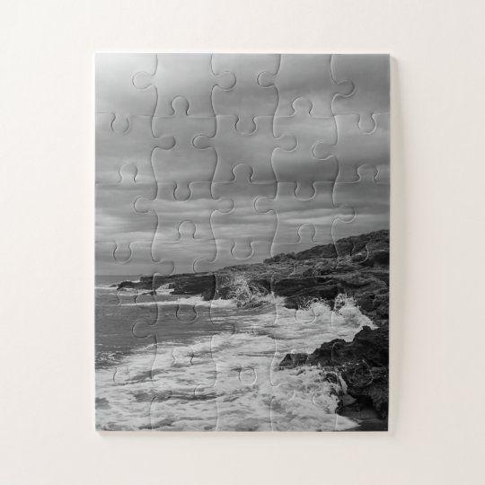 Puzzle de la costa con mala mar un dia nublado