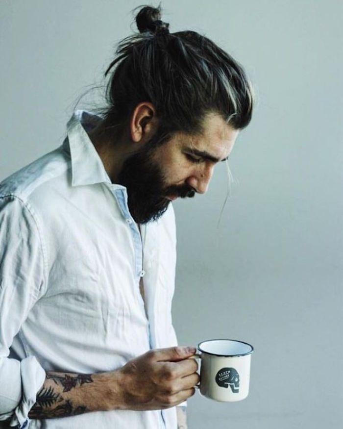 Coiffures pour hommes aux cheveux longs avec un chignon