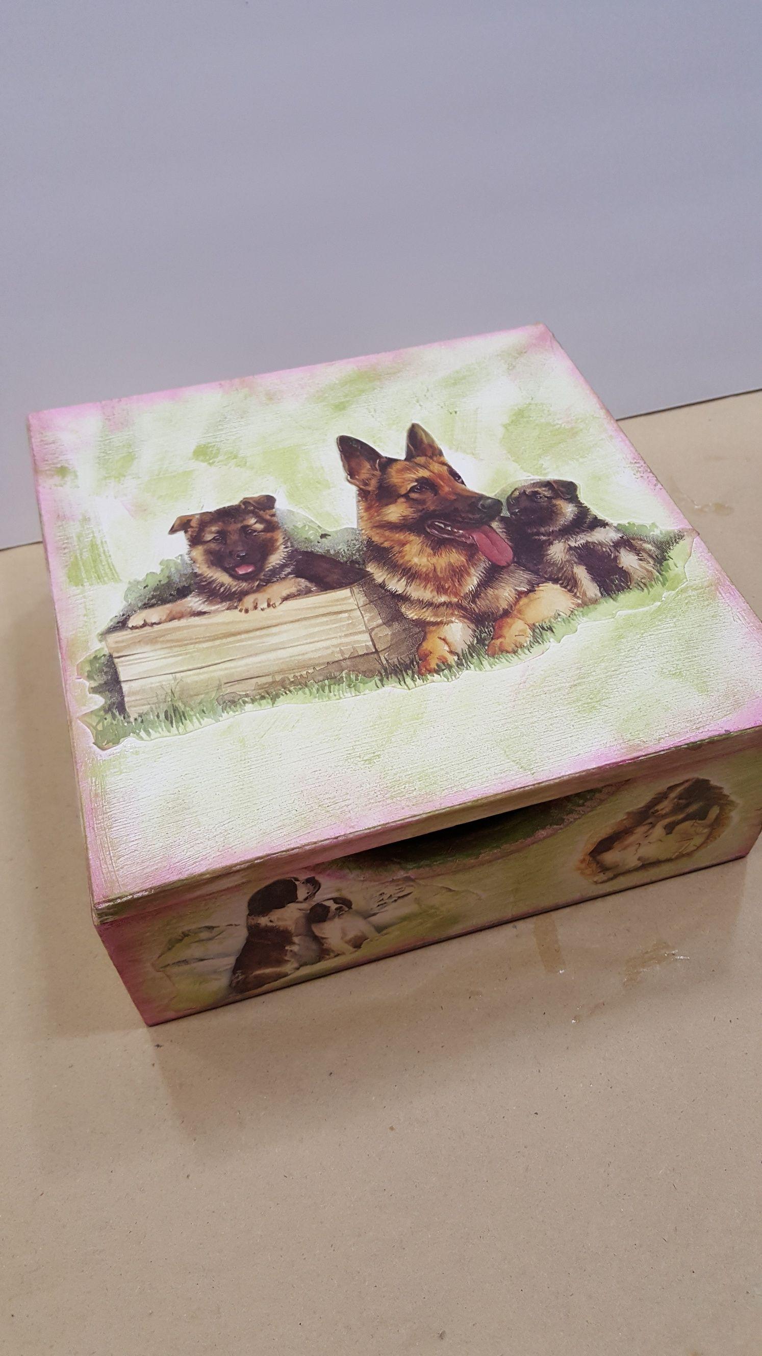 Caja servilletero pintado y con papel decoupage realizado por cristina en talleres de adultos en - Manualidades con papel pintado ...