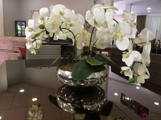 Arranjo De Orquideas Com Base Espelhada Com Imagens Vasos