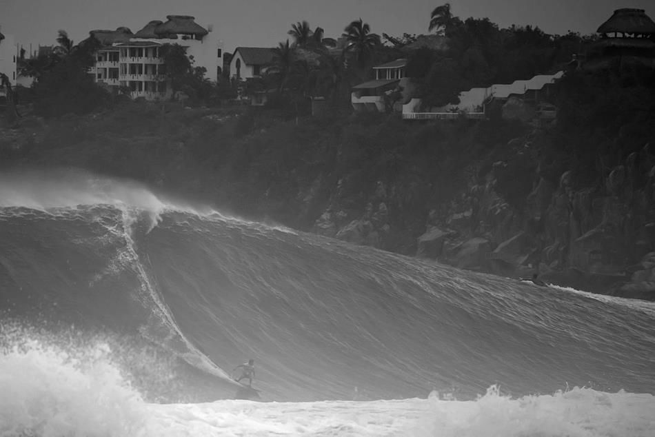 BOMBS AWAY AT PUERTO ESCONDIDO Oscar Moncada charging his home spot. Photo: Dorsey