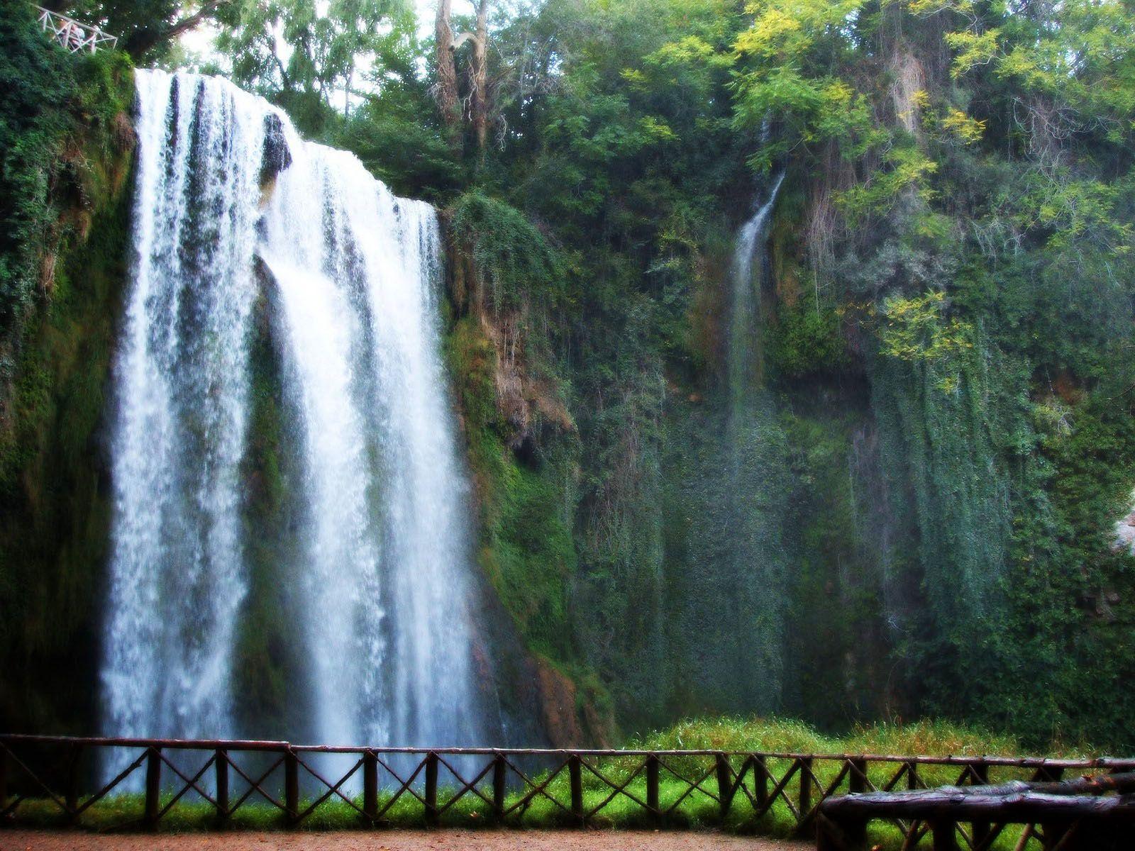 Cascada de cola de caballo en el parque natural del for Cascadas con piedras naturales