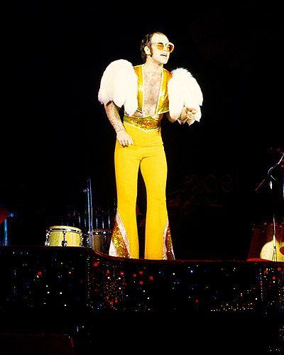 796e43fe18 1974 Photo - Photos  Elton John s Outfits Through the Years