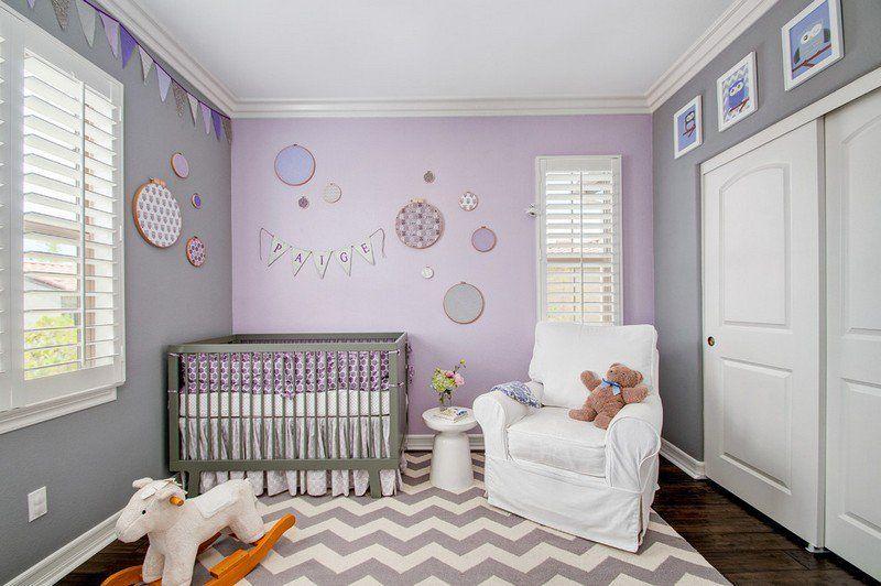 chambre bébé fille avec un tapis à motif chevron fauteuil rembourré