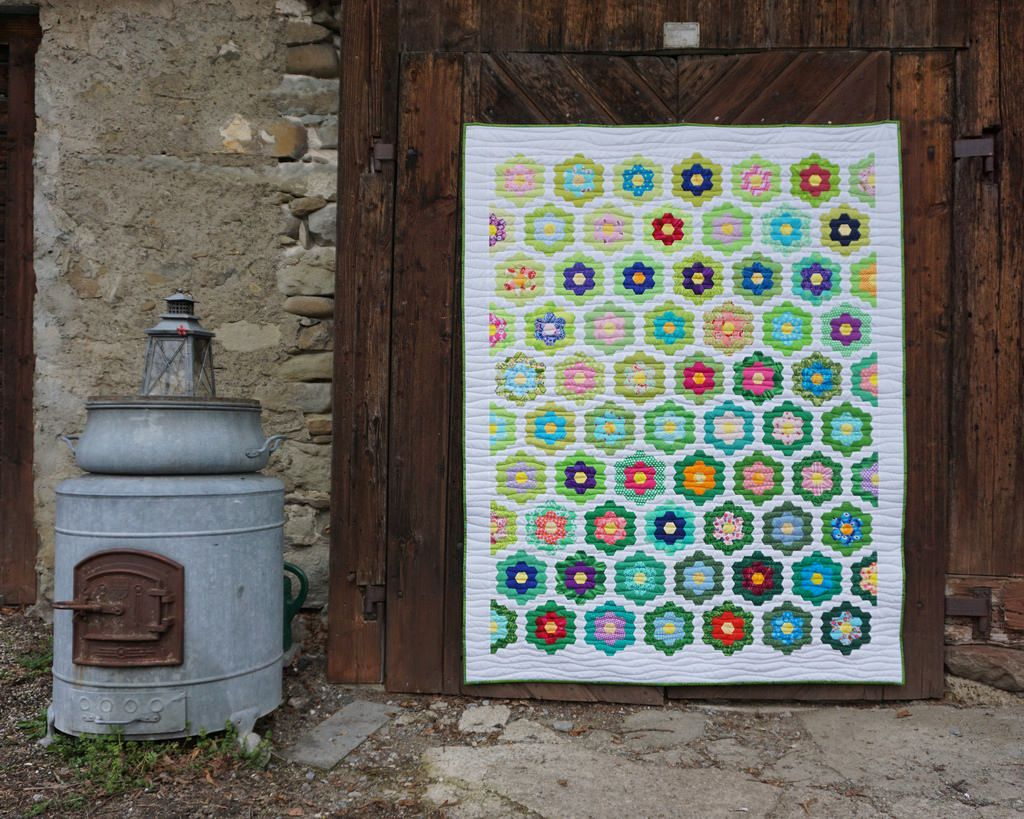 2016 Grandmothers Flowergarden by Iva Steiner Via Flickr: Nach ca 6 Jahren ist er endlich fertig geworden! This quilt is finished After almost 6 years!