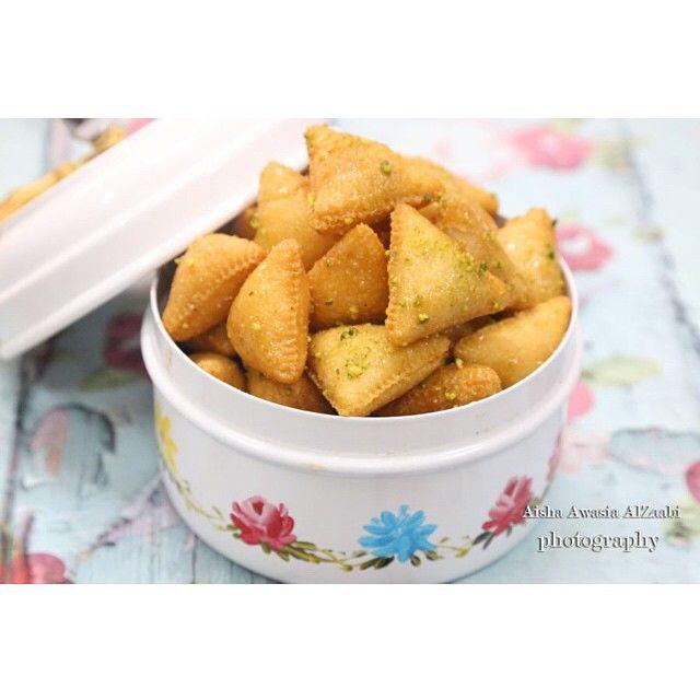 فرووحة الإمارات On Instagram مثلثات السميد المقادير 1كوب سميد ناعم 1كوب دقيق ربع كوب زيت ملعقه صغيره بيكنج باودر Cooking Recipes Recipes Food