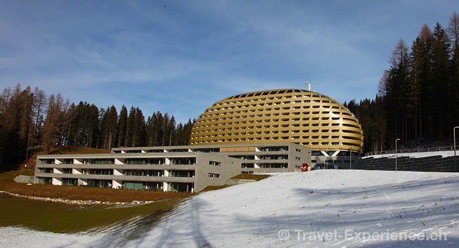 Goldenes Ei im Bergwald  Ein Jahr InterContinental Davos – das war dem Hotel eine grosse Geburtstagstorte wert und mir einen Kurztrip in ein aussergewöhnliches Haus.