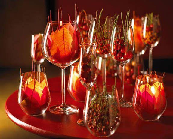 Herbstliche Tischdeko leuchtende tischdeko mit herbstlaub pflanzen blumen und herbstdeko