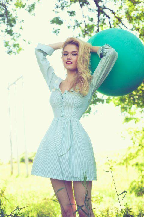 Yes, I love vintage dresses ^^