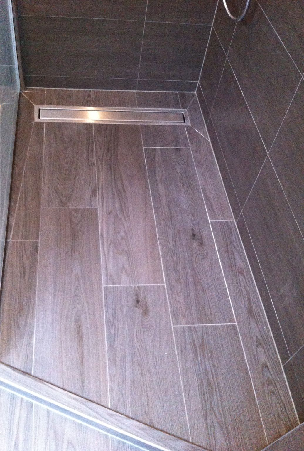 close up inloopdouche vloer keramische tegel met parket look