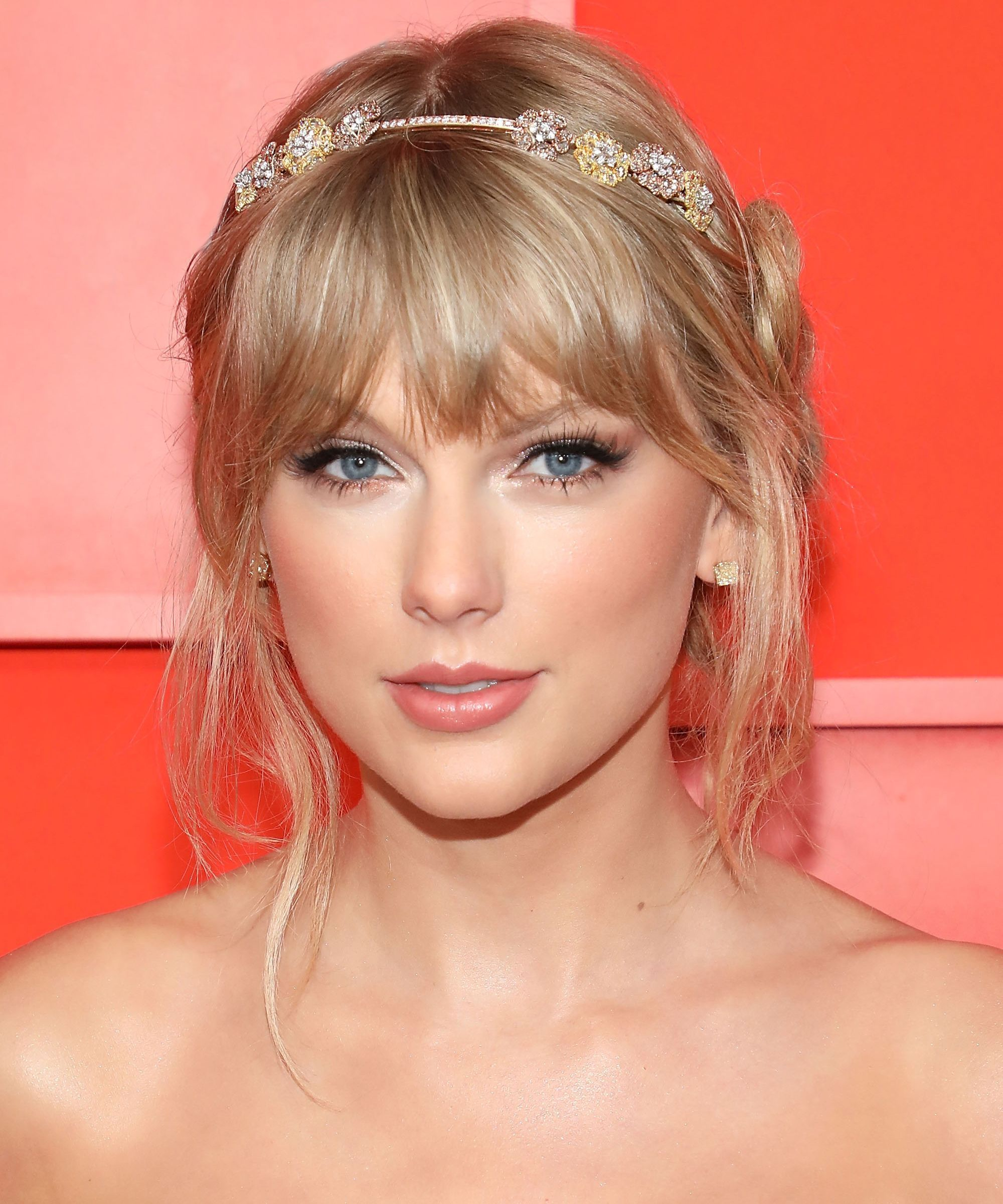 Taylor Swift Went Blue In Her Me Video Fans Are Freaking Out Taylor Swift Hair Taylor Swift Bangs Hairstyles With Bangs