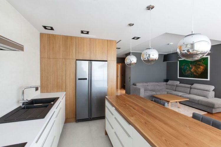 lambris bois, peinture murale gris anthracite et meubles de cuisine ...