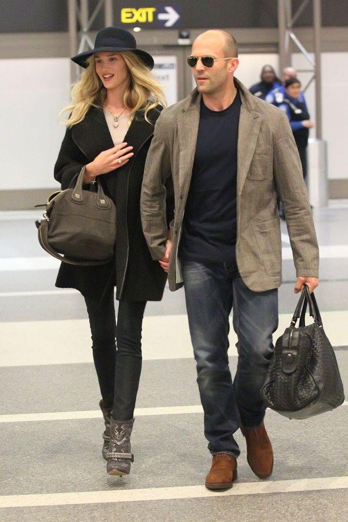 Rosie Huntington Whiteley. Chic en el aeropuerto: Rosie Huntington Whiteley y su novio Jason Statham, en Los Ángeles. La top lleva las botas de moda (las Milwakee de Isabel Marant) y bolso de Givenchy.
