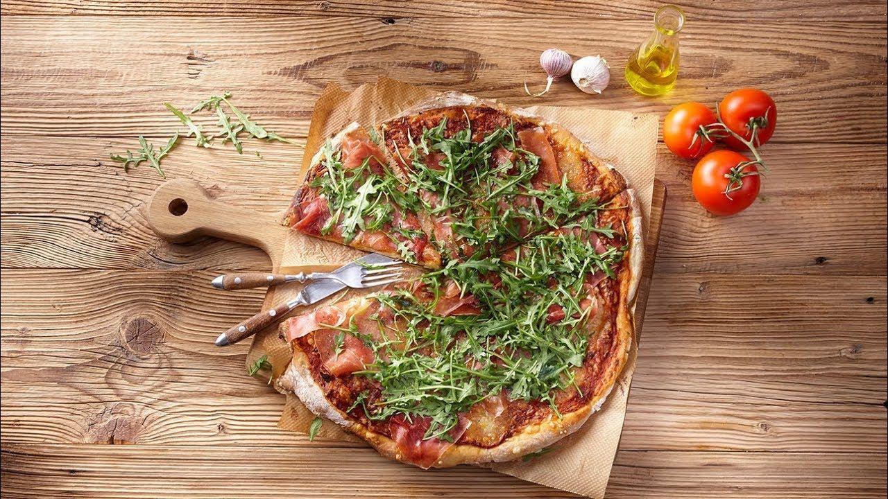 Selbstgemachte Pizza mit Serranoschinken und Rucola | REWE ...