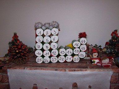 calendrier de l 39 avent avec des rouleaux de papier toilette un calendrier en forme de botte de. Black Bedroom Furniture Sets. Home Design Ideas