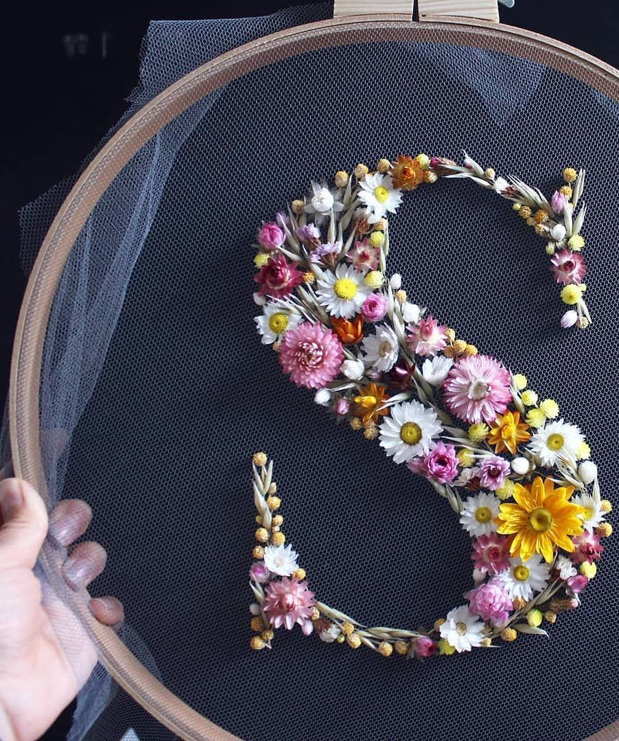 How to make embroidery hoop art with dried flowers - From Britain with Love, #Art #Britain #dried #embroidery #flowers #Hoop #Love