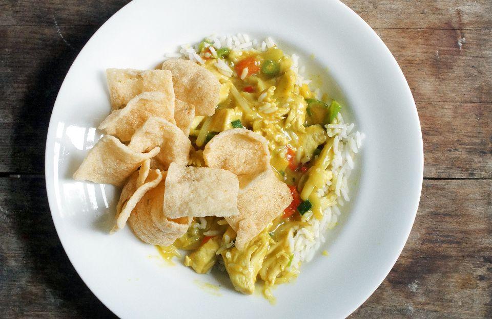 Aziatisch: Rijst met kip kerrie en cassave chips