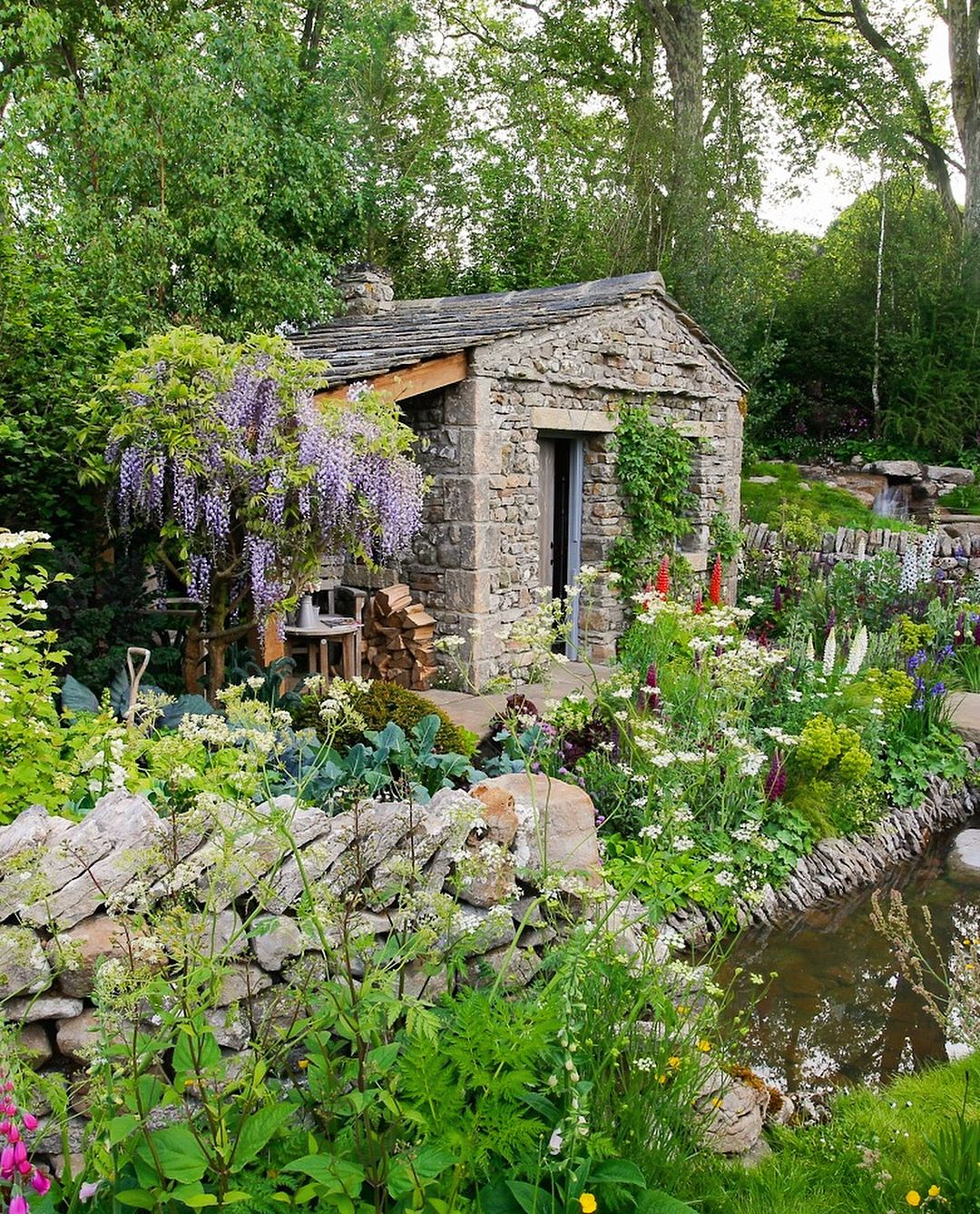 In Pictures: Highlights of the spectacular show gardens at the RHS Chelsea Flower Show 2018 from the team at BBC Gardeners' World Magazine.