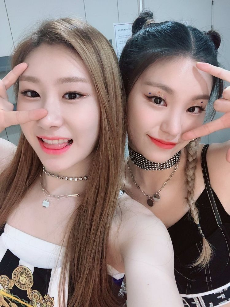 Yeji And Chaeryeong ييجي و تشايريونغ Itzy Kpop Girls Girl