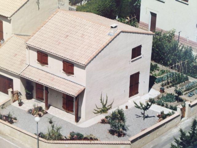 Villa T4 , 90m² habitables , 385m² de parcelle, mitoyenne par son - salon sejour cuisine ouverte