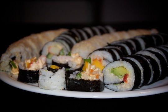 Hjemmelavet sushi - det smager fantastisk og ser også flot ud når det serveres.