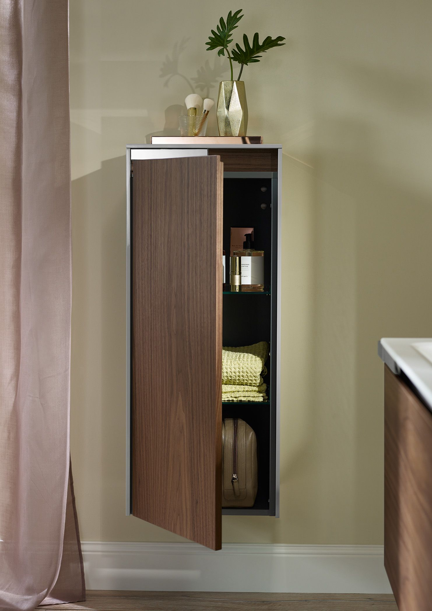 Burgbad Yso Yso S Half Height Cabinets Also Feature The Style Defining Chrome Elements A Convenient Handle And Generously Sized Bad Badezimmer Einrichtung