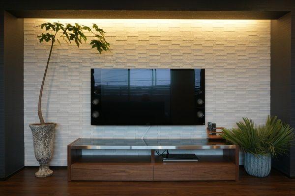 テレビボードには調湿機能のあるエコカラットタイルを使用 背面は