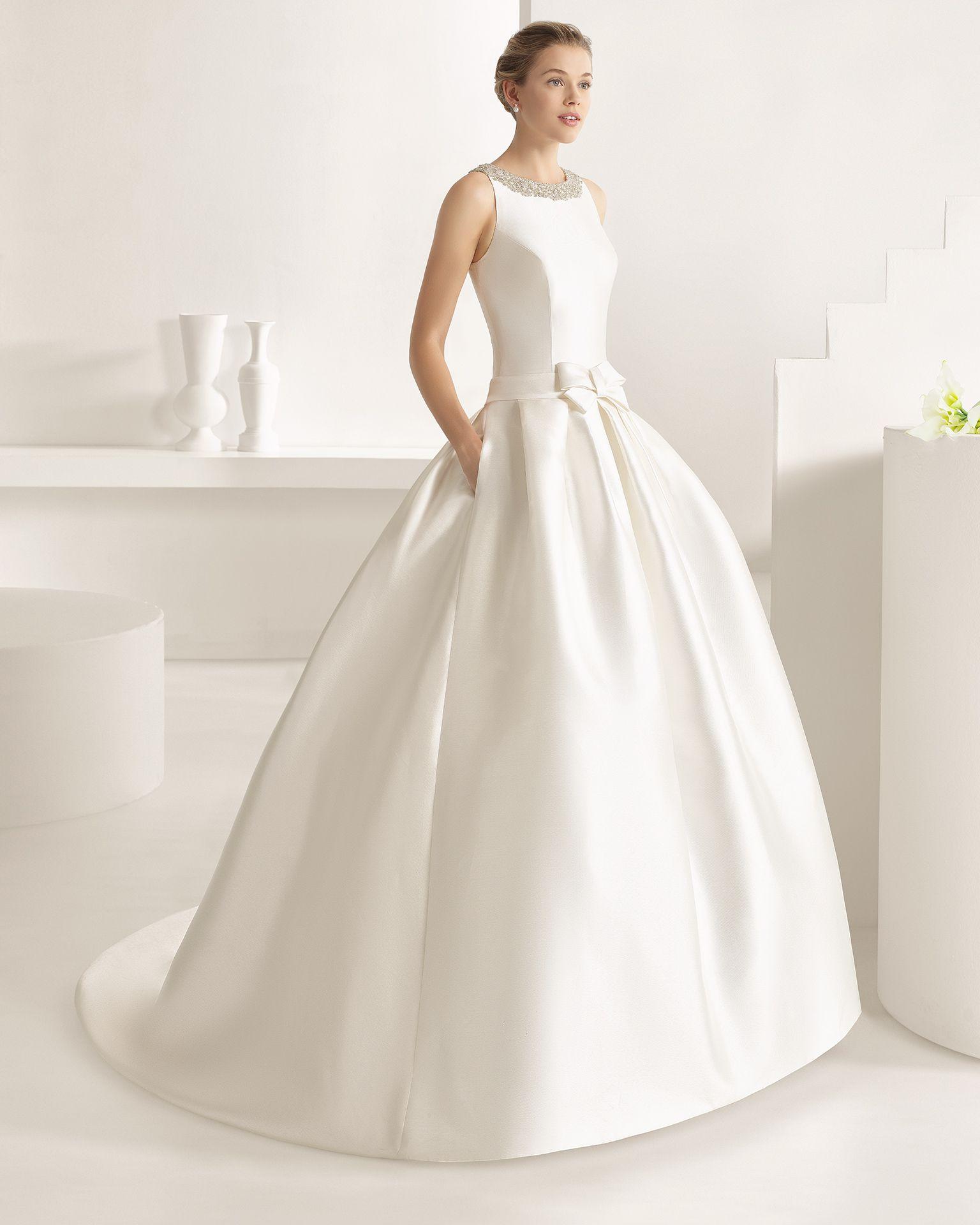 d75dc51adc OPALO traje de novia con cuello redondo y corte cadera.