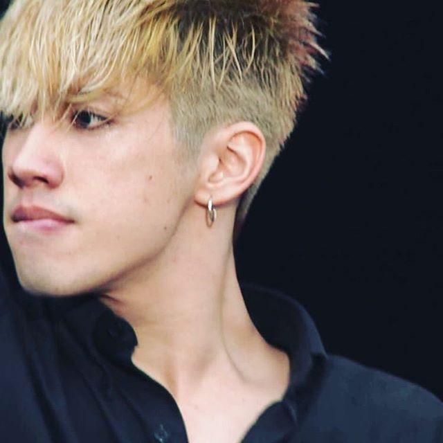 まあ、正直に髪の色は非常によく適合していること、また彼の声は完璧です 。 #taka #morita #vocal #vocalist…