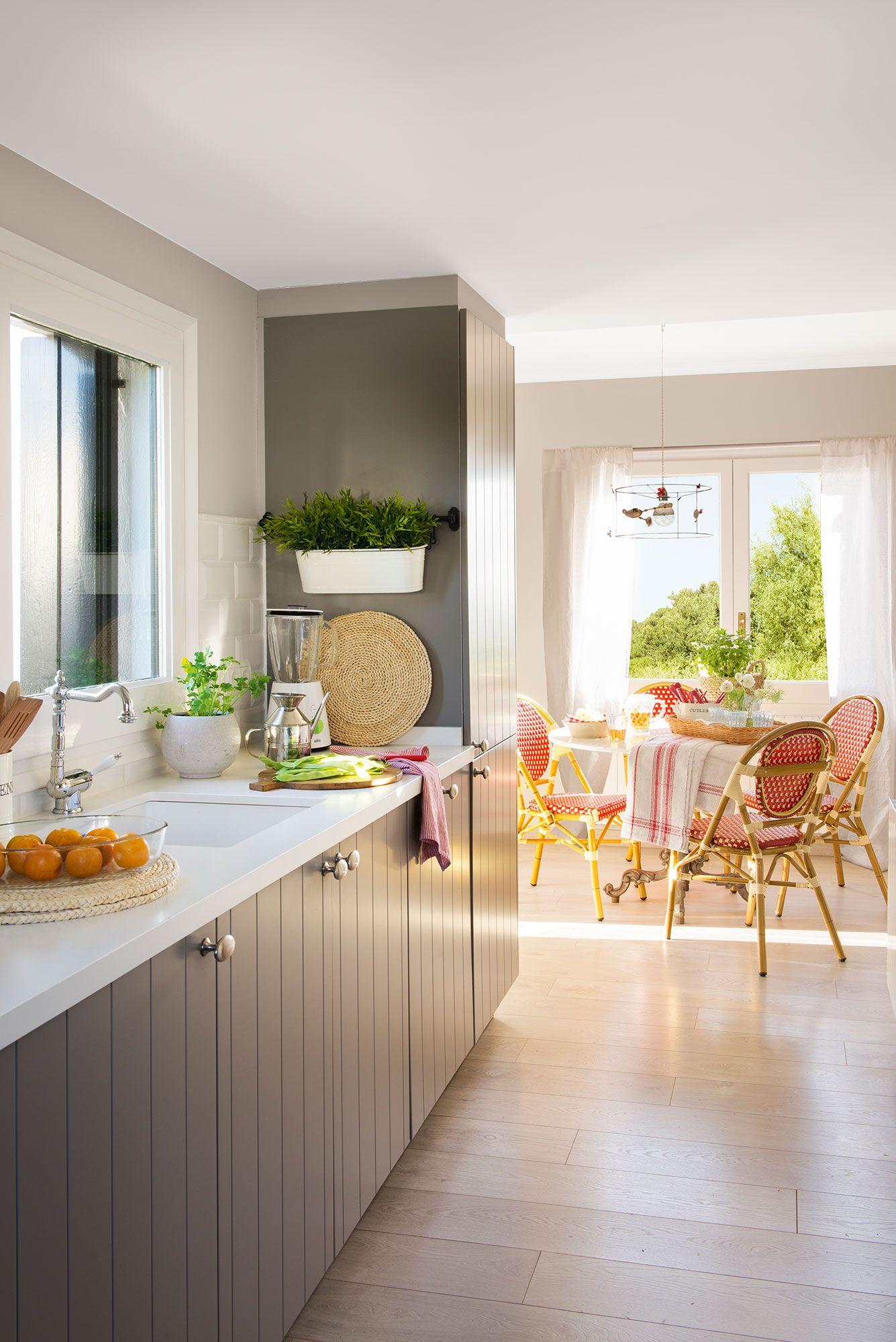 Cocina con mobiliario marrón abierta al office | Pinterest | Cocinas ...