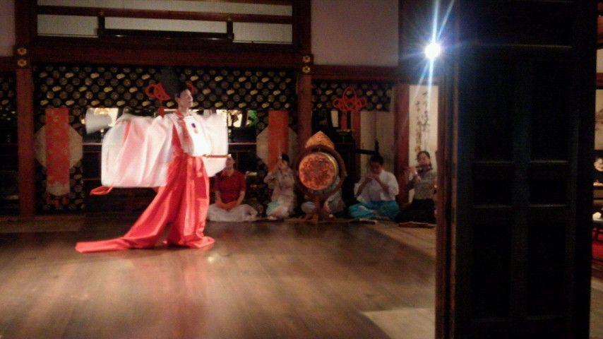 Men and a shirabyoshi dancer dressed in kariginu at a kimono demonstration.