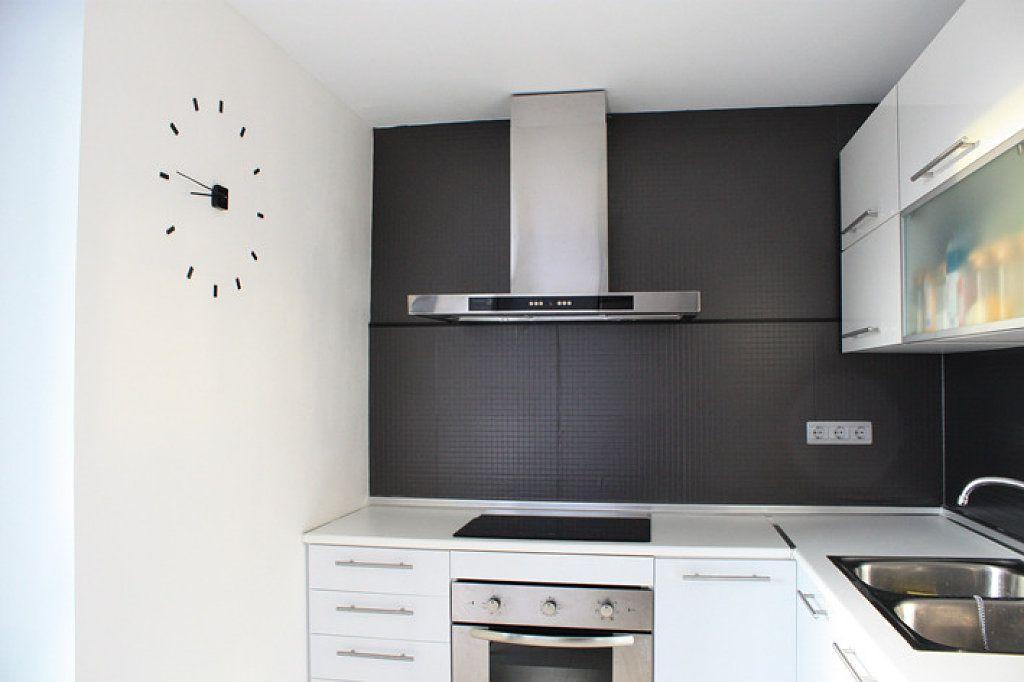 Mitad papel pintado mitad azulejos papel pintado for Cocinas alicatadas