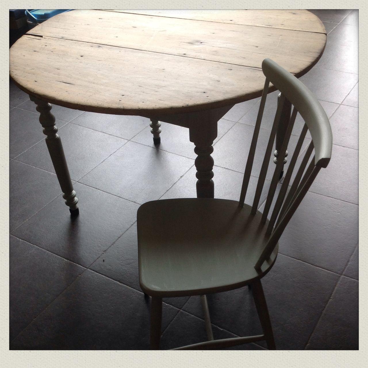 Opgemaakt en geverfd oude stoel 1 euro rommelmarkt . En de tafel van moemoe