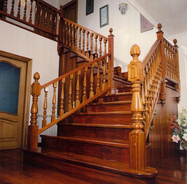 Escalera de madera maciza con barandillas y postes lustrados y ...