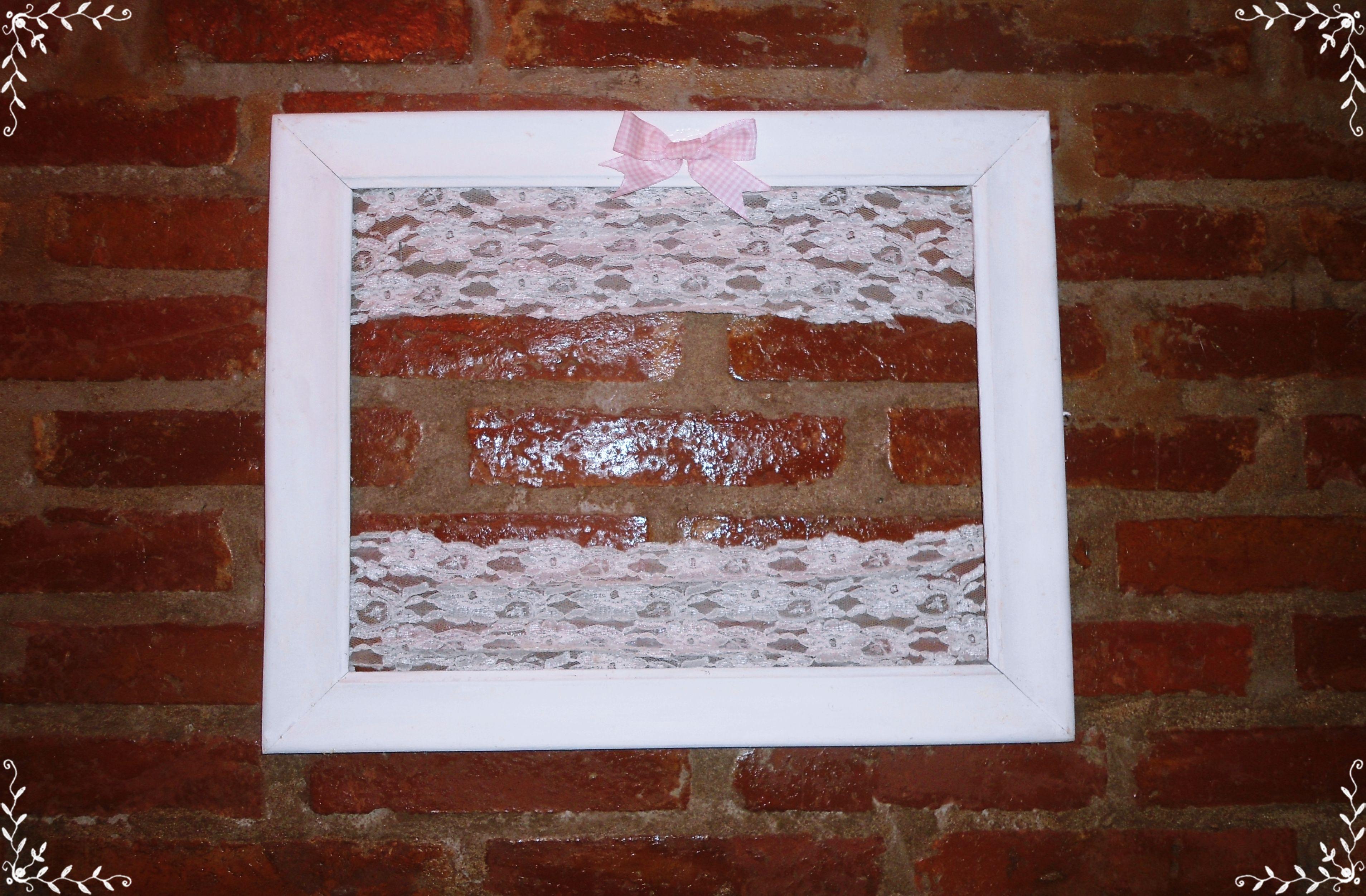 Cuadro restaurado puntilla blanco moño rosa