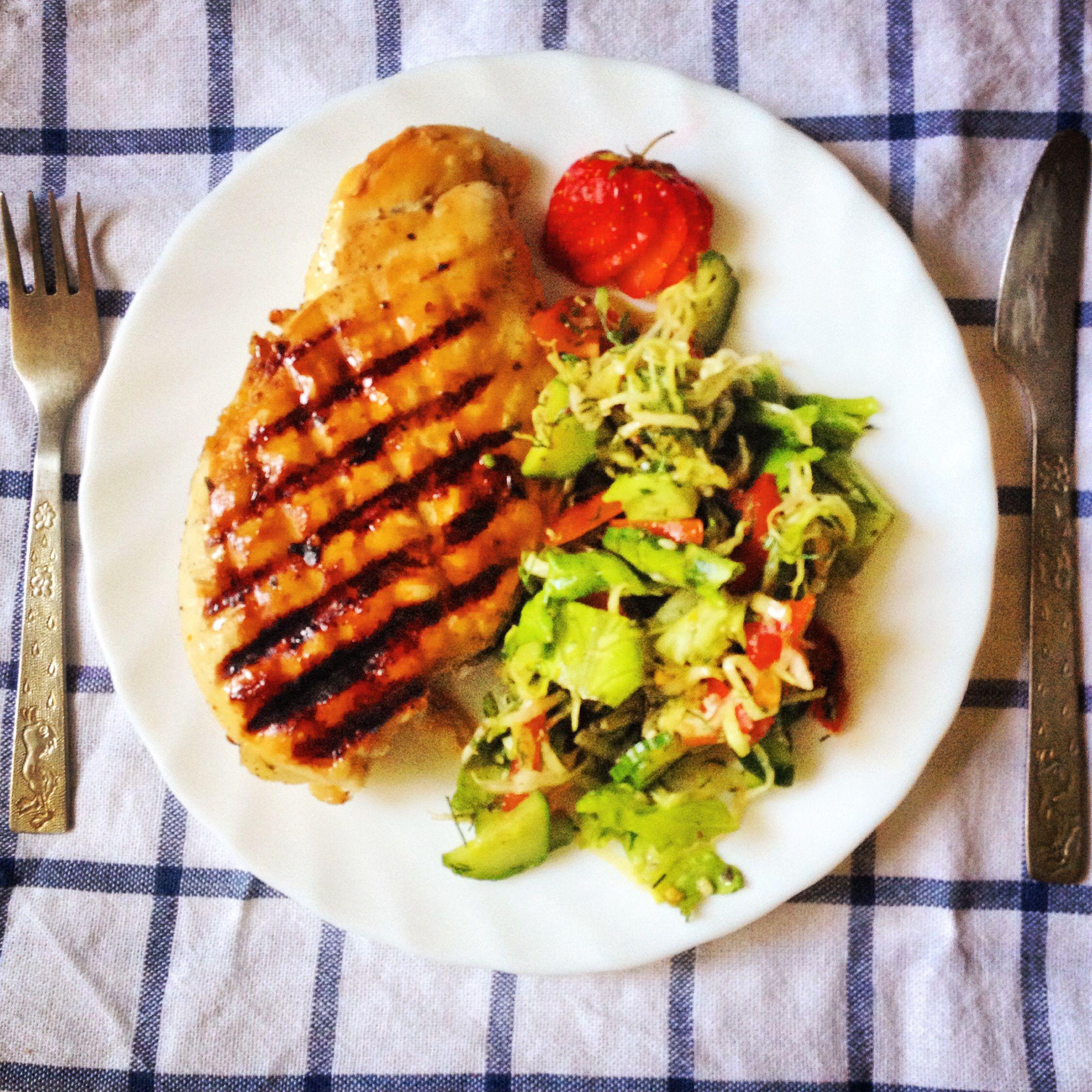 Курица на гриле и салат