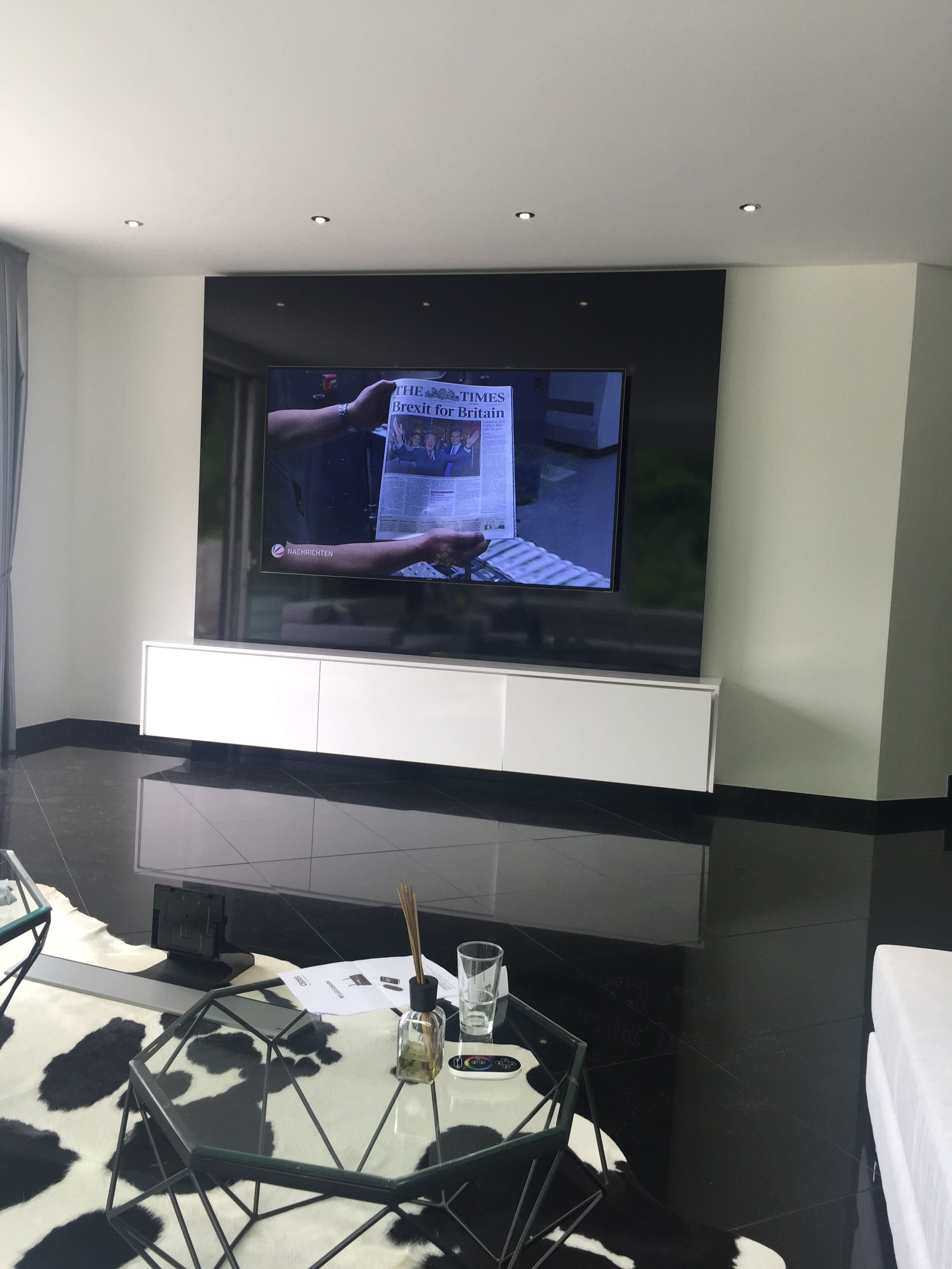 geradlinige und edle tv wand tv wall individual in hochglanz schwarz hochglanz wei in 2019. Black Bedroom Furniture Sets. Home Design Ideas