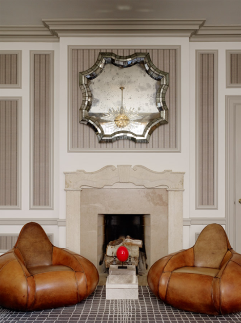 un dormitorio con vestidor sillones y espejo