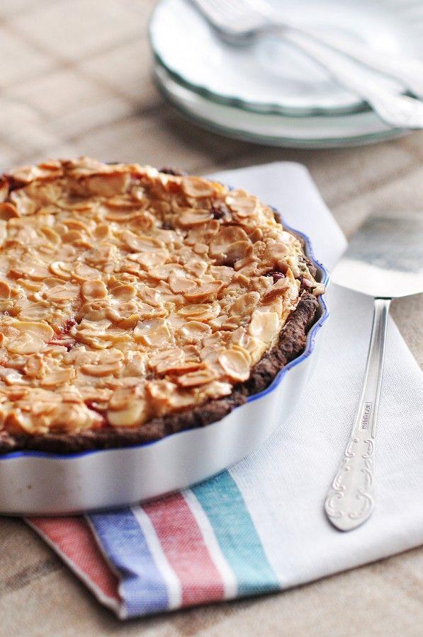 ВКУСНЫЕ МЕЧТЫ - Шоколадный творожный пирог с вишней и миндальными лепестками в сливочно-карамельной глазури