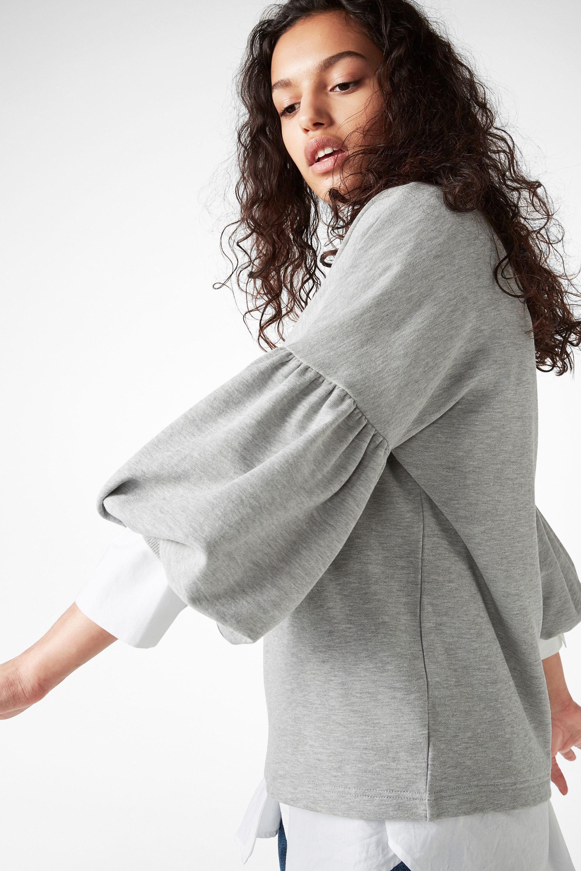 Just when you think you've seen this beloved round-neck sweatshirt before – poof! The puffed sleeves add the unexpected.