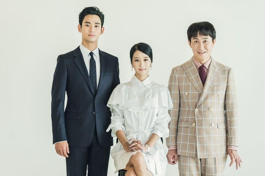 """It's Okay To Not Be Okay"" Unveils Family Photos Of Kim Soo Hyun, Seo Ye Ji, And Oh Jung Se"