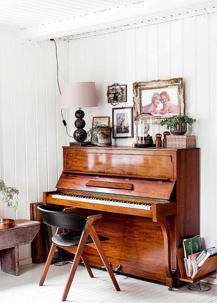 hauser weltberuhmter popstars, turquoise, red, vintage mirror and lots of books | queenlord, Design ideen