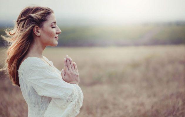 Tunnetko olosi stressaantuneeksi? Kokeile kundaliinijoogan opettaja Noora Lintukankaan harjoituksia, jotka auttavat pääsemään eroon liiasta stressistä.