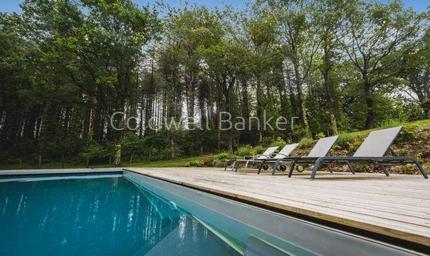 Un jacuzzi et une jolie piscine chauffée en vue directe sur la