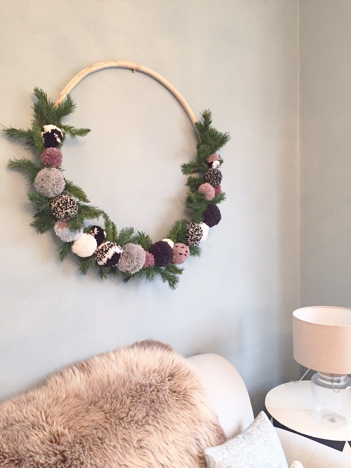 DIY Une couronne avec des pompons. (Giant Hula Hoop Pom Pom Wreath ...