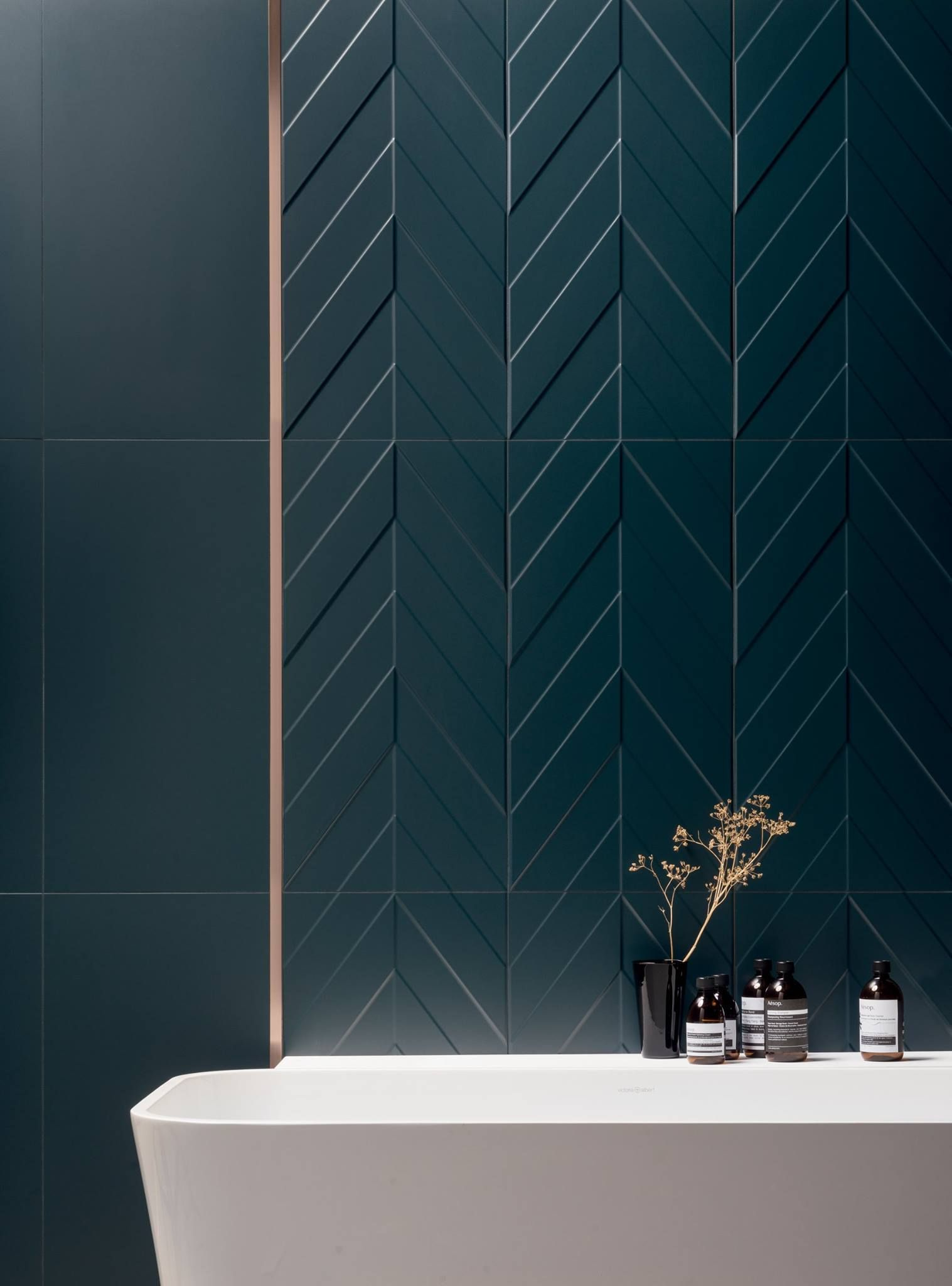 salle de bain avec baignoire sur pied et carrelage. Black Bedroom Furniture Sets. Home Design Ideas