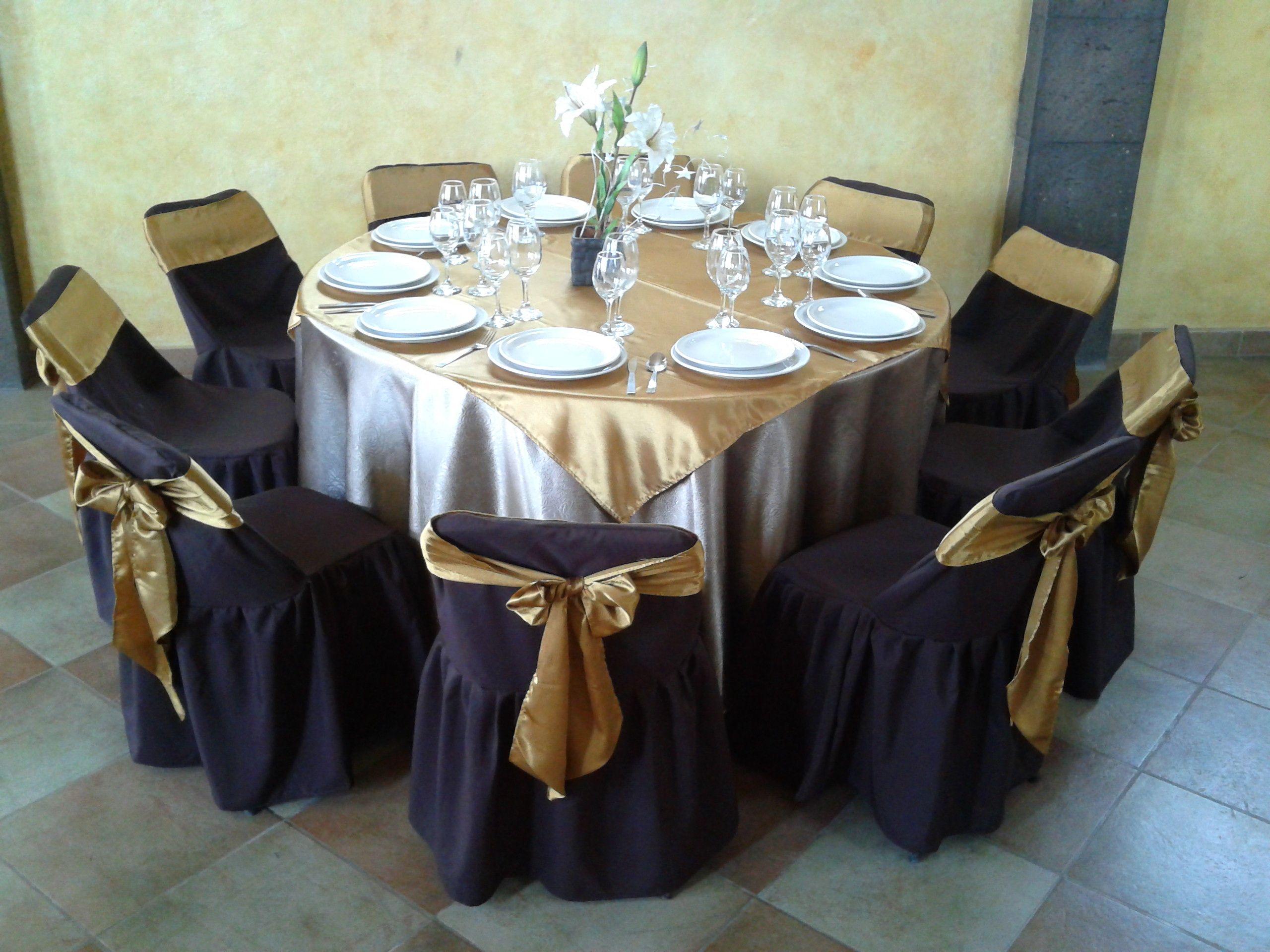 Un montaje con mesa redonda y silla plegable mantel color for Mesas redondas plegables para eventos