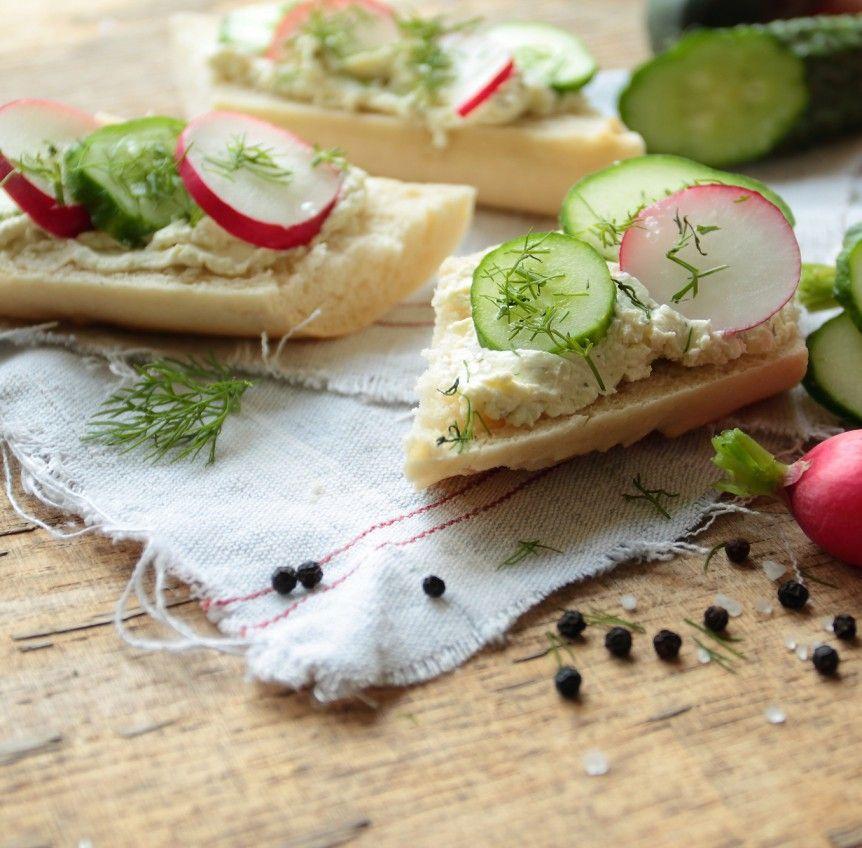 Baguette mit Hüttenkäse, Gurke und Radieschen