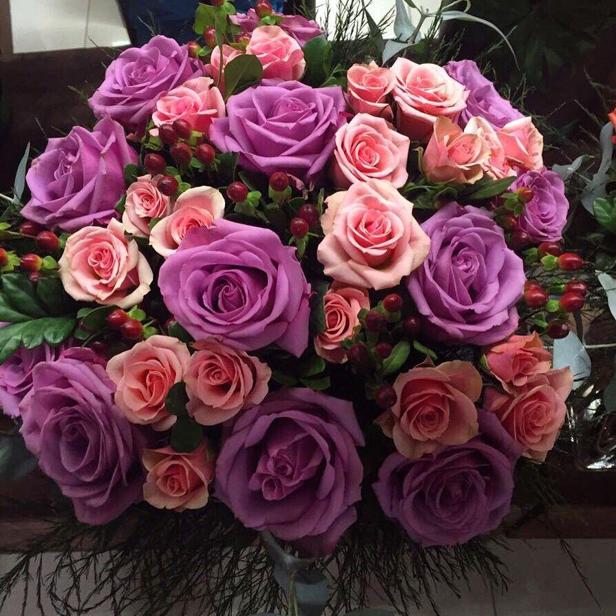 Sin palabras..... Hermosa Ella con sus hermosas rosas felicidades!!! #finaflor_py #finaflor #rosas #lila #rosa #surpresa #si #asuncion  www.finaflor.com.py ☎️0982467400